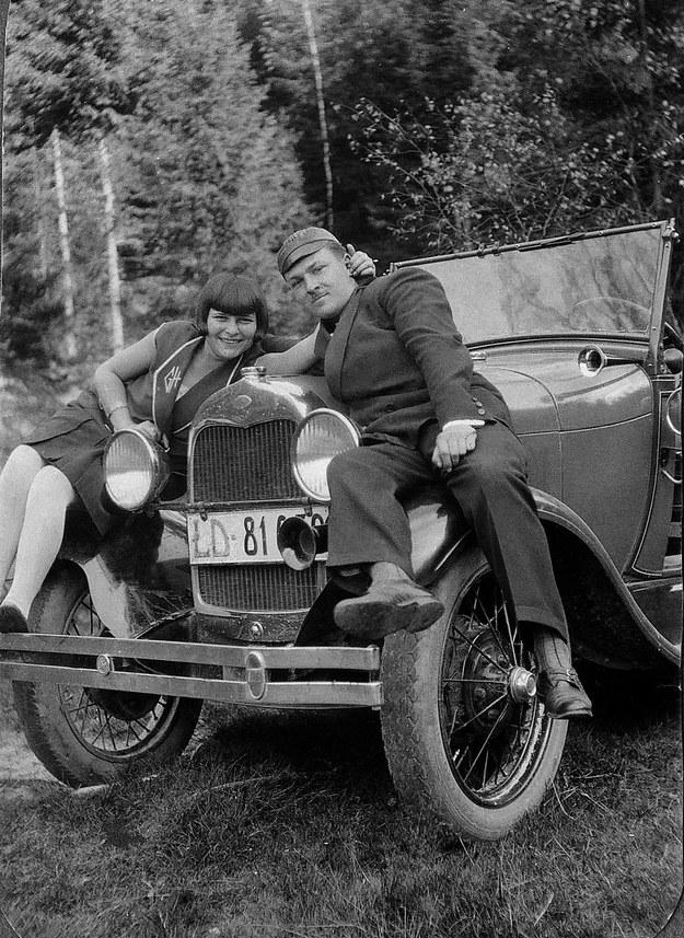 Na masce forda. Samochód na łódzkich numerach rejestracyjnych. Lata 30. XX wieku /FoKa /Agencja FORUM