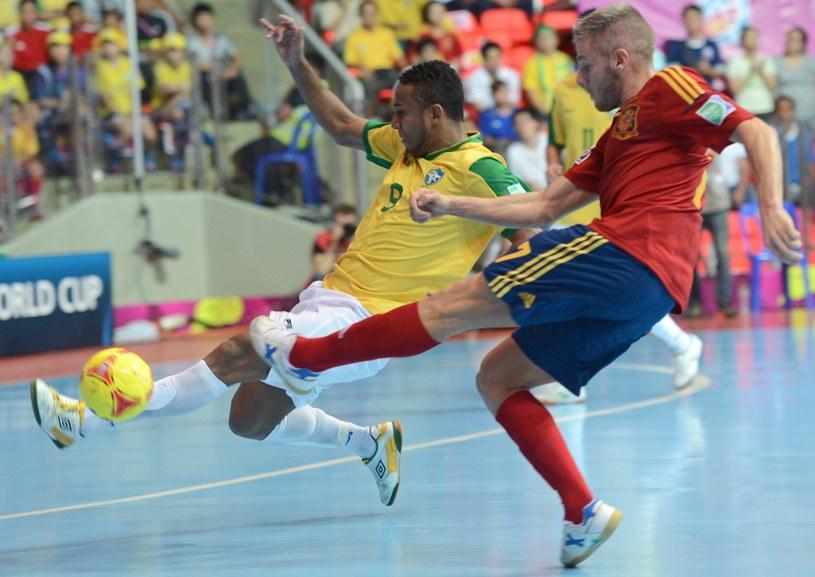 Na meczach futsalu emocje gwarantowane są do ostaniej sekundy /AFP