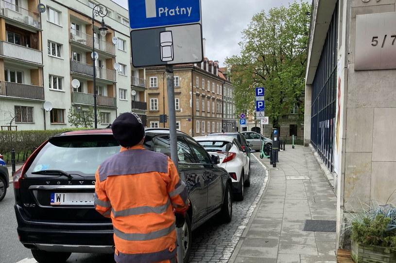 Na miejscach równoległych w oczywisty sposób zmieści się mniej samochodów niż przy parkowaniu skośnym /Wojtek Laski /East News