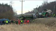 Na miejsce katastrofy sprowadzono specjalny czołg, który miał pomóc w rozczepieniu wagonów