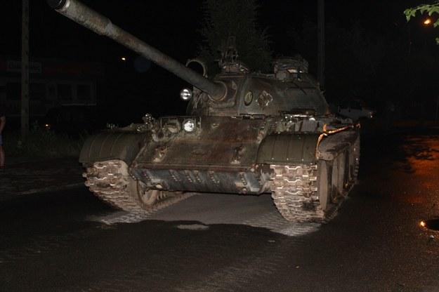 Na miejscu mundurowi zastali zaparkowany na jezdni czołg T 55 oraz stojącego obok mężczyznę /Policja