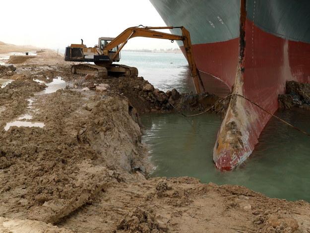 Na miejscu pracuje ciężki sprzęt. M.in. koparki próbują uwolnić kontenerowiec /SUEZ CANAL AUTHORITY / HANDOUT /PAP/EPA