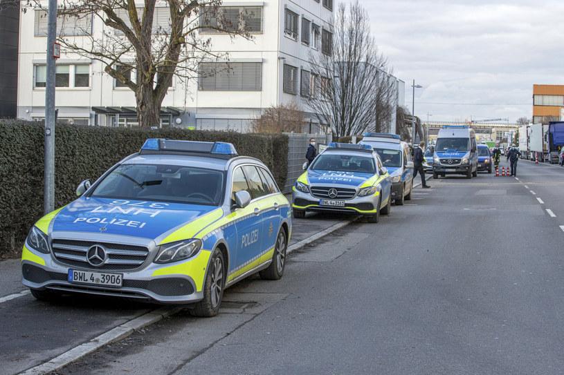 Na miejscu są liczne pojazdy policji i służb ratunkowych /Simon Adomat/dpa  /East News