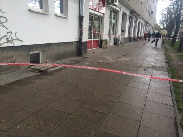 Na miejscu strażacy badają stan elewacji /Michał Dobrołowicz /RMF FM