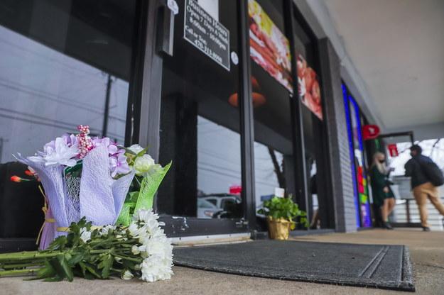 Na miejscu strzelaniny niektóre osoby zaczęły składać kwiaty /ERIK S. LESSER /PAP/EPA