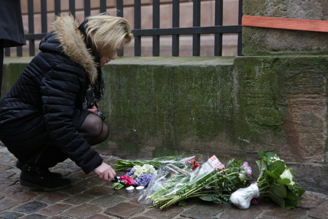 Na miejscu strzelaniny przed synagogą przechodnie składają kwiaty /MICHAEL BOTH AGER /PAP/EPA