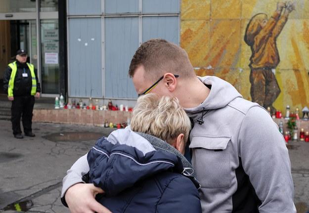 Na miejscu tragedii pojawiły się rodziny ofiar / Andrzej Grygiel    /PAP