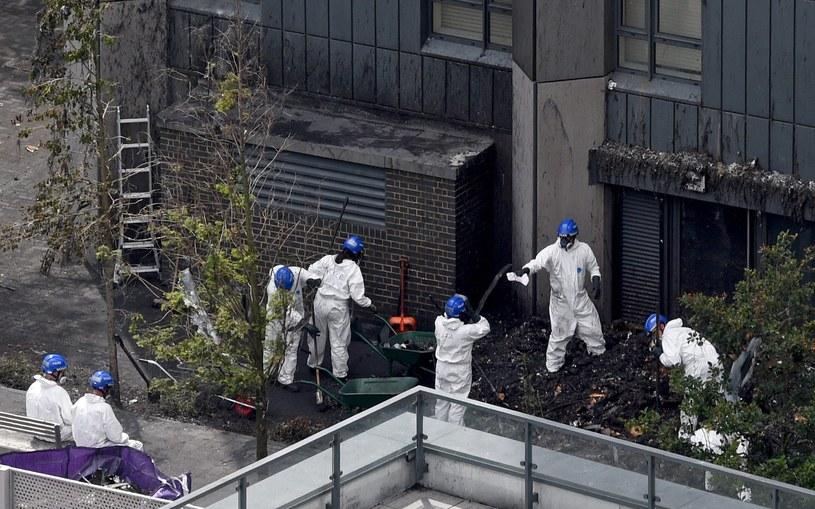 Na miejscu tragicznego pożaru codziennie pracują specjaliści /FACUNDO ARRIZABALAGA /PAP/EPA