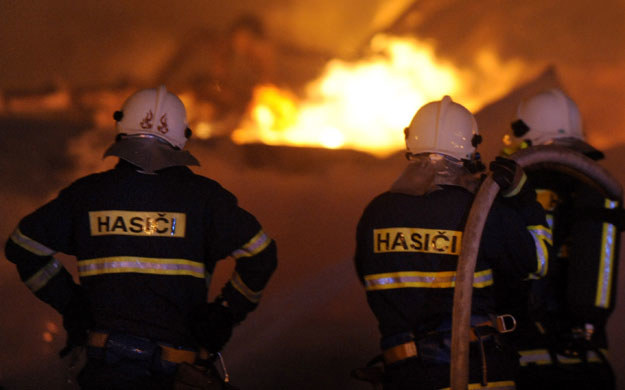 Na miejscu znajdują się służby ratownicze oraz helikopter medyczny (zdjęcie ilustracyjne) /MICHAL CIZEK /AFP