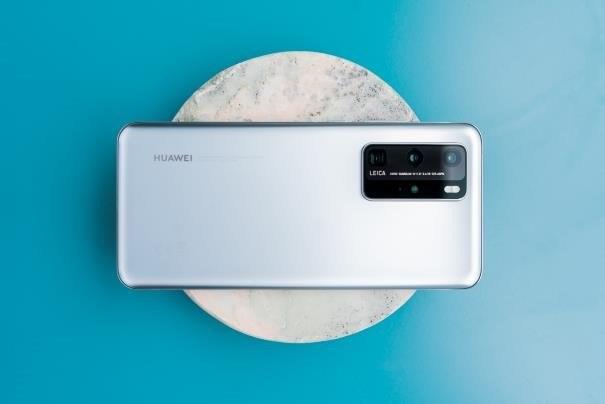 Na moduł fotograficzny modelu P40 Pro składają się 4 obiektywy oraz czujnik temperatury barwowej /INTERIA.PL