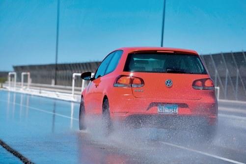 Na mokrym asfalcie zimówki hamują lepiej poniżej temperatury 7°C. Na suchym tak nie jest. /Motor