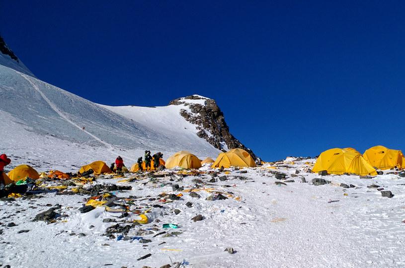 Na Mount Everest co roku przybywa śmieci /AFP