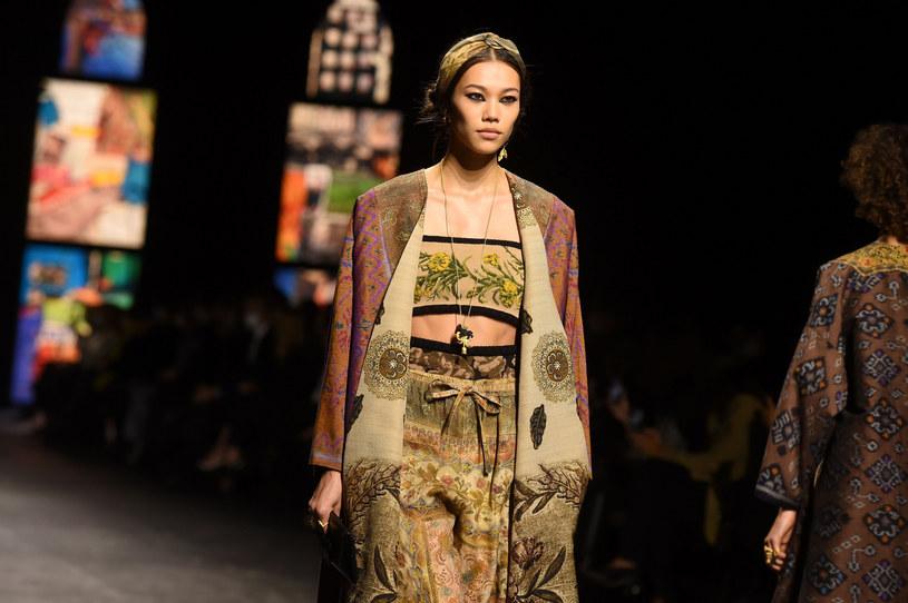 Na najnowszym pokazie domu mody Dior kolorowe chusty zawiązano na głowach modelek w sposób imitujący tradycyjną opaskę /LUCAS BARIOULET/AFP /East News
