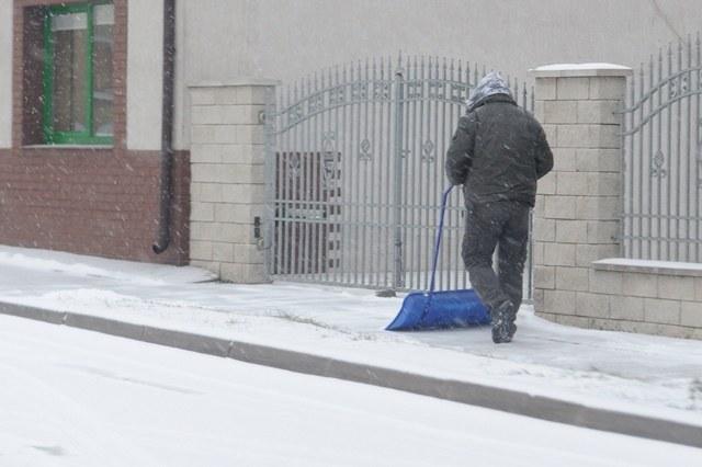 Na oblodzonych i zaśnieżonych chodnikach łatwo o upadek /PAP/Marcin Bielecki /PAP