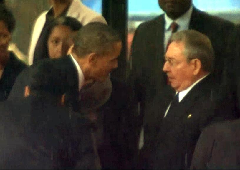 Na obrazie z relacji teleiwizyjnej Barack Obama (z lewej) wita się z Raulem Castro (z prawej) /South African Broadcasting Corporation  /AFP
