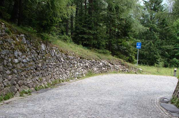 Na odcinku przełęcz Vrsnic - Kranjska Gora nawierzchnię na zakrętach wyłożono kostką /INTERIA.PL