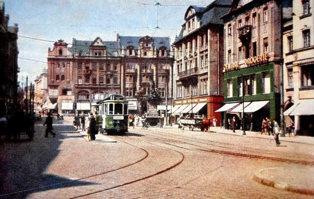 """Na odwrocie tej kolorowej widokówki z lat wojny czytamy: """"Gauhauptstasdt Posen Alter Markt"""". A więc przedstawia ona Stary Rynek w stolicy okręgu Posen /Odkrywca"""