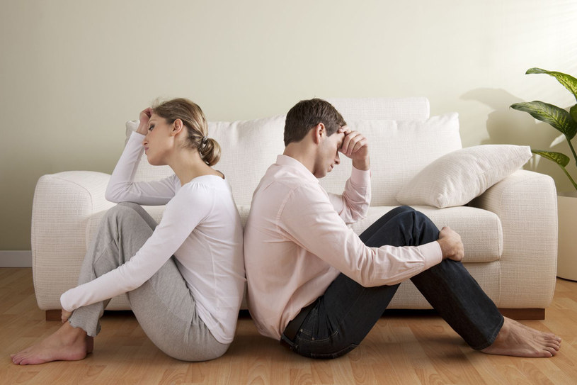 """Na ogół pozew o rozwód składa w sądzie kobieta. Ale nawet wtedy, gdy oboje zgodnie pragną zrzucić """"małżeńskie kajdany"""", nie wystarcza, by uznać stadło za rozwiązane /123RF/PICSEL"""