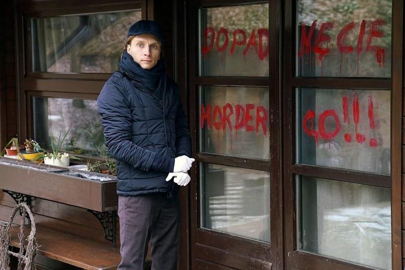 Na oknie domu, w którym więziona była Marta, ktoś napisze obelgi pod adresem Rafała /www.barwyszczescia.tvp.pl/