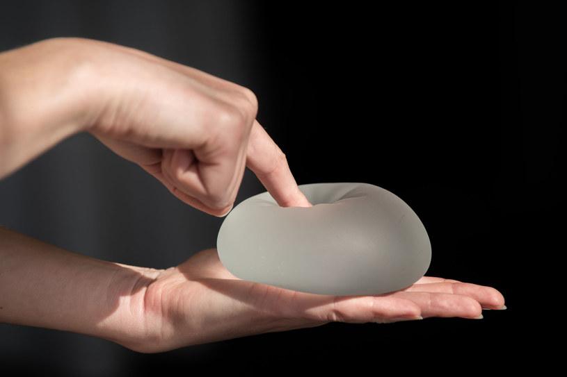 Na opakowaniach implantów piersi już wkrótce znajdą się ramki z ostrzeżeniami /123RF/PICSEL