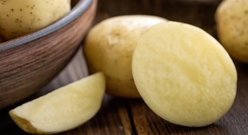 Na opuchliznę oczu pomoże surowy ziemniak /123RF/PICSEL