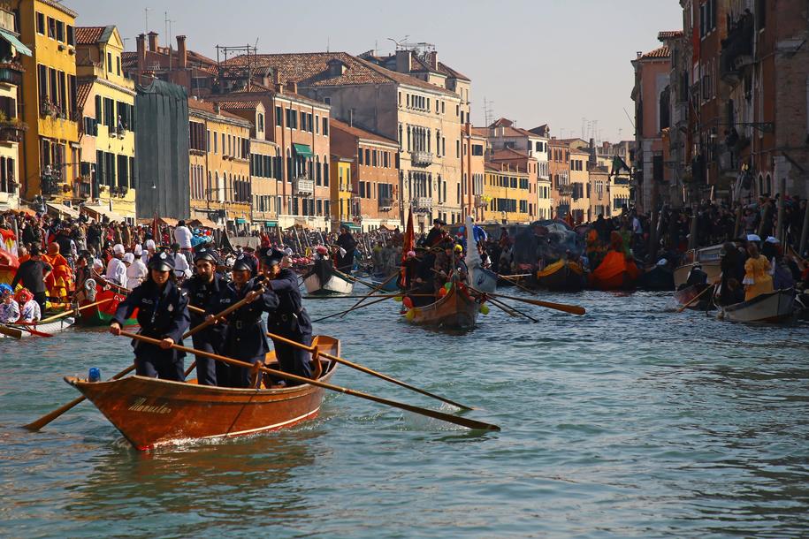 Na ostatni weekend karnawału przybyły do Wenecji tysiące ludzi / Matteo Chinellato / IPA /PAP/EPA