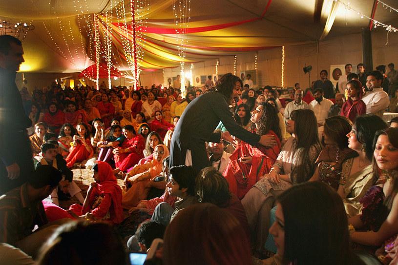 Na pakistańskich weselach bawi się wielu gości /John Moore /Getty Images