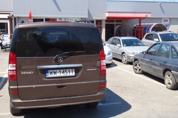 Na parkingu przed supermarketem. Ostatnie zakupy w Chorwacji /INTERIA.PL