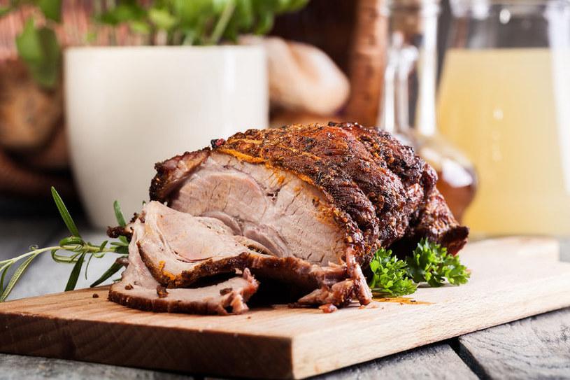 Na patelni po smażeniu cebuli i mięsa zostaje dużo aromatu, z którego żal nie skorzystać. Wlej na patelnię wino, zagotuj, zamieszaj, by zebrać wszystkie smaki z dna, przelej do formy. /123RF/PICSEL