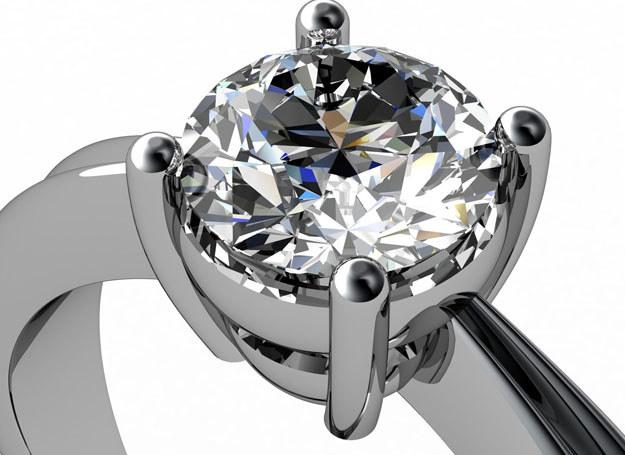 Na pierścionek z kryształem górskim stać każdą z nas /123RF/PICSEL