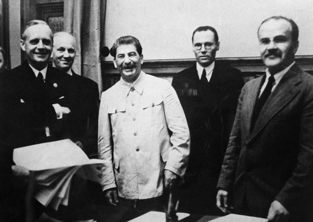 """Na pierwszym planie: Joachim von Ribbentrop, Józef Stalin, Wiaczesław Mołotow. Pozują po podpisaniu """"paktu diabłów"""". Moskwa, 23 sierpnia 1939 r. /AFP"""