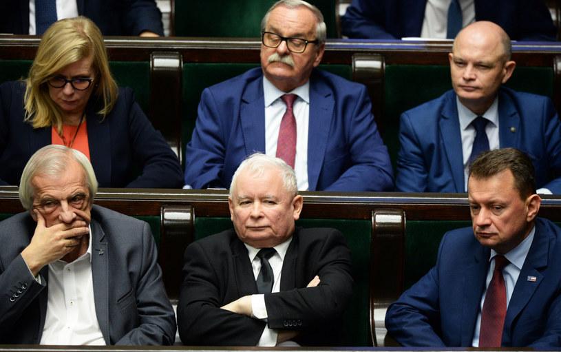 Na pierwszym planie prezes PiS Jarosław Kaczyński. Jak wynika z najnowszego sondażu, większość badanych uważa, że powinien zrezygnować z tej funkcji. /Jan Bielecki /East News