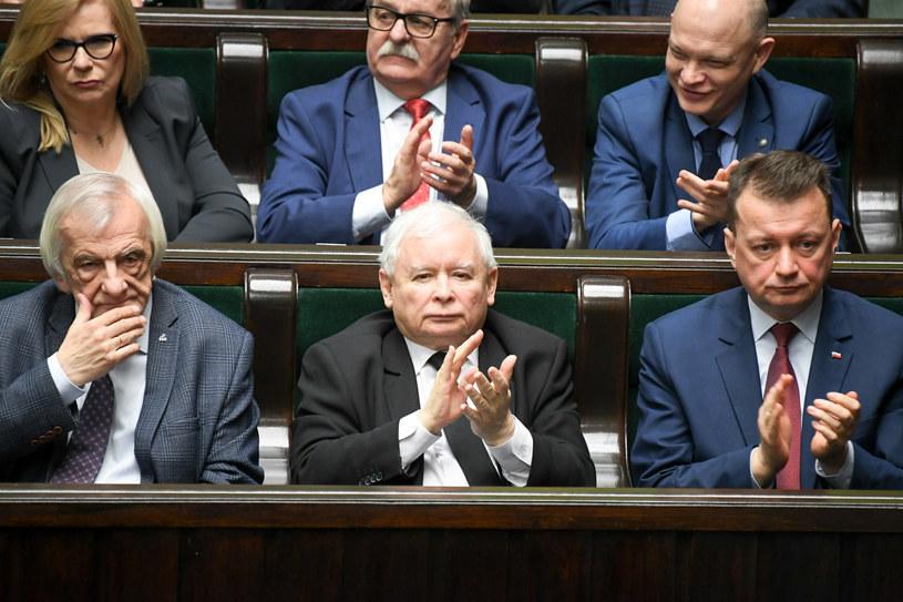 Na pierwszym planie prezes PiS Jarosław Kaczyński oraz szef MON Mariusz Błaszczak i wicemarszałek Ryszard Terlecki /Jacek Domiński /Reporter