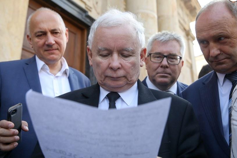 Na pierwszym planie prezes PiS; zdj. ilustracyjne /Andrzej Iwańczuk /Reporter