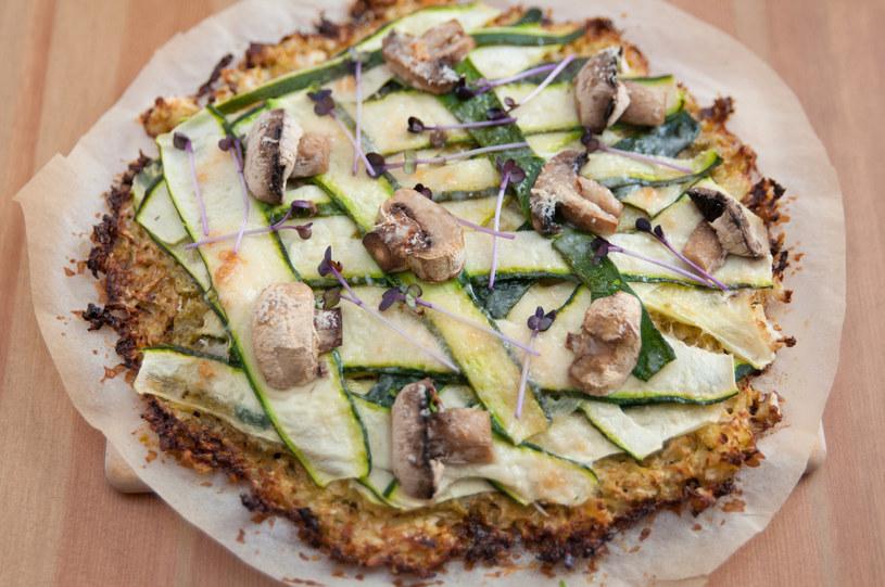 Na pizzy ułóż swoje ulubione dodatki /123RF/PICSEL