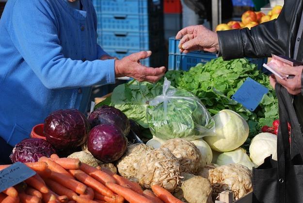 Na placach i targach wiele warzyw i owoców można kupić taniej niż przed rokiem /© Panthermedia