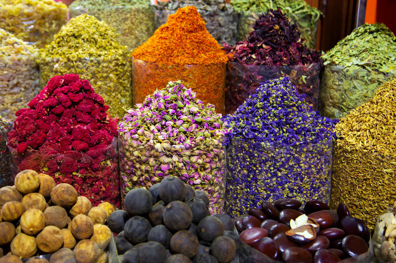 Na placu targowym kupisz tradycyjne przyprawy i zioła /123RF/PICSEL