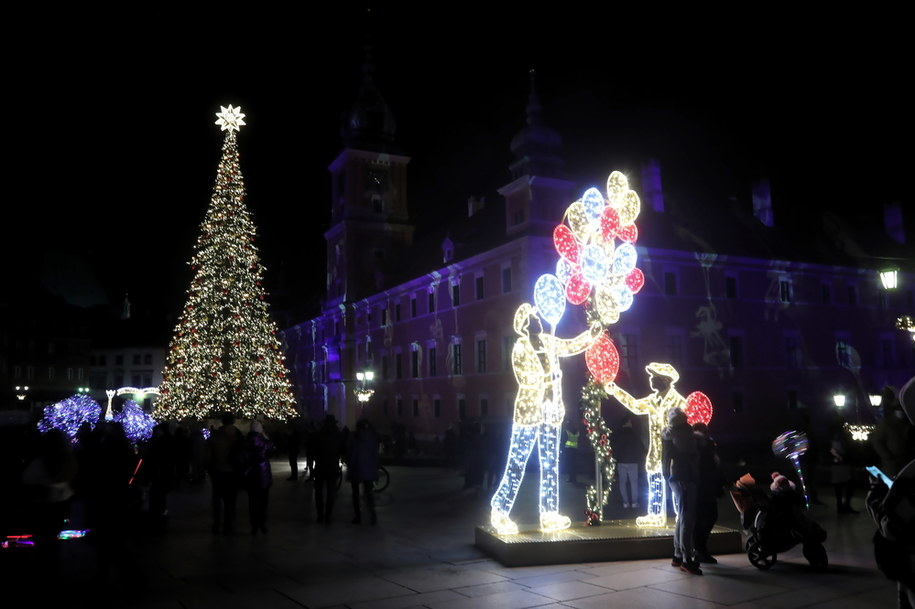 Na placu Zamkowym, oprócz wysokiej na 27 m konstrukcji w kształcie choinki, ustawiono postacie kataryniarza i baloniarza. /Wojciech Olkuśnik /PAP