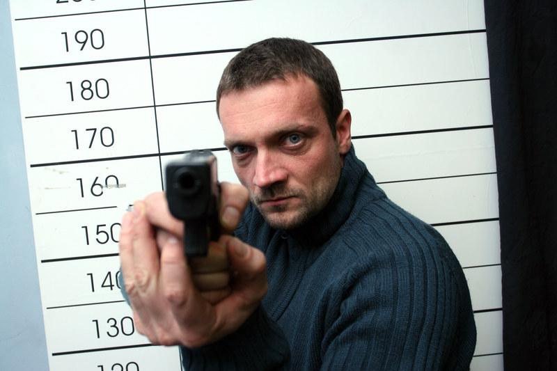 Na planie aktorzy najczęściej posługują się dwoma modelami broni: Walter i Glock. Pieczę nad nimi sprawują kaskaderzy. /Warda /AKPA