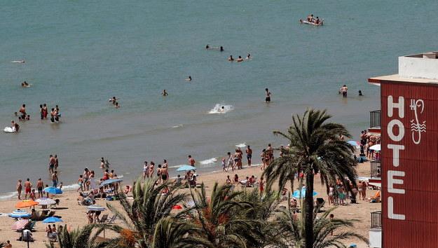 Na plaży w Walencji można zaobserwować coraz więcej osób /Kai Foersterling /PAP/EPA