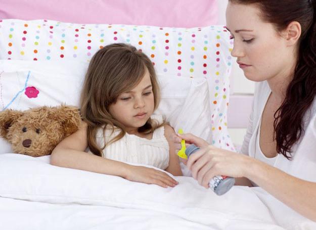 Na początku infekcji, gdy wirusy rozmnażają się w śluzówce, kaszel jest suchy /123RF/PICSEL
