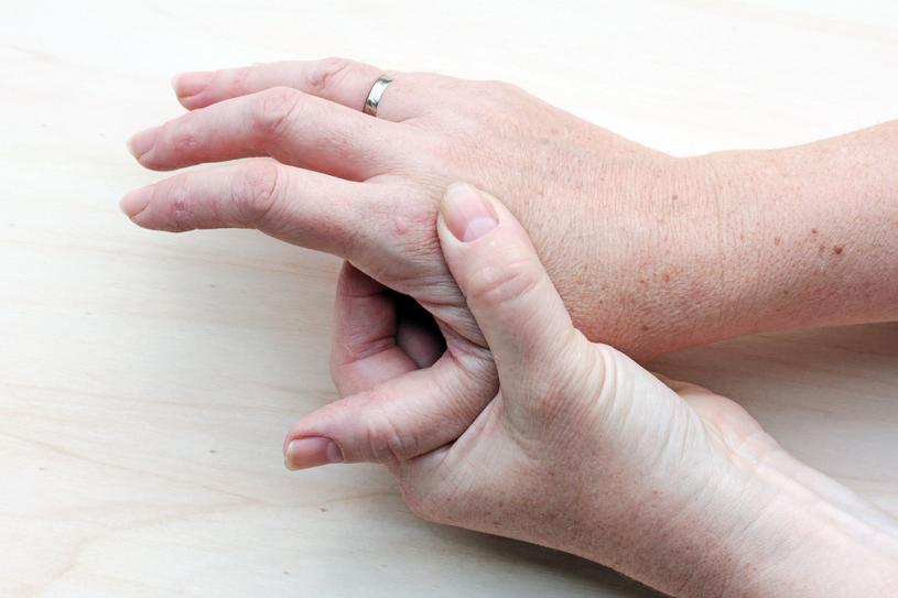 Na początku każdego chorobowego epizodu pojawia się zwykle zaczerwienienie i świąd skóry /123RF/PICSEL