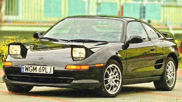 Na początku lat 90. podnoszone światła w autach sportowych byty niemal obowiązkowe. /Motor