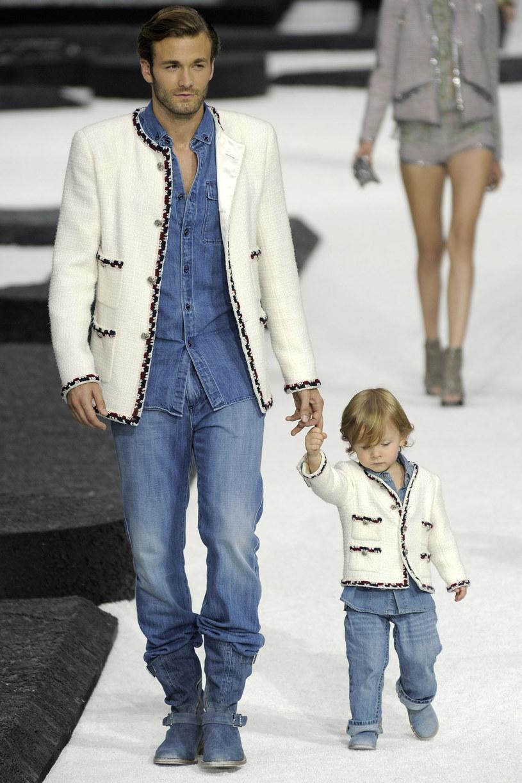 Na pokazie Chanel pojawił się chłopiec w ubraniu tej marki  /Getty Images/Flash Press Media