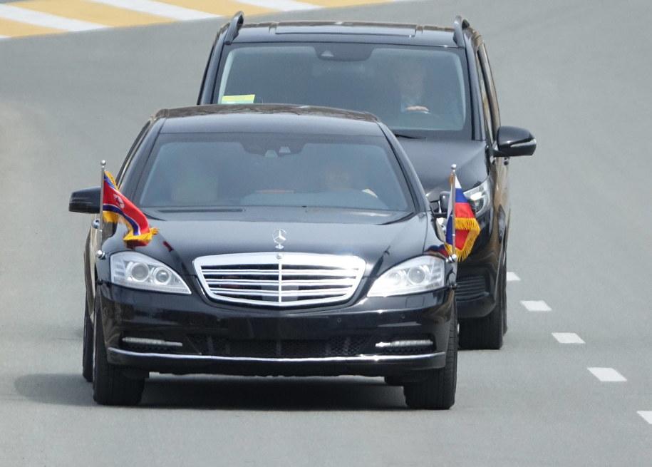 Na północnokoreańskiego przywódcę, który dotarł tam swym specjalnym pociągiem, czekały już jego dwie limuzyny, Mercedes Maybach S600 Pullman Guard i Mercedes Maybach S62 /YONHAP   /PAP/EPA