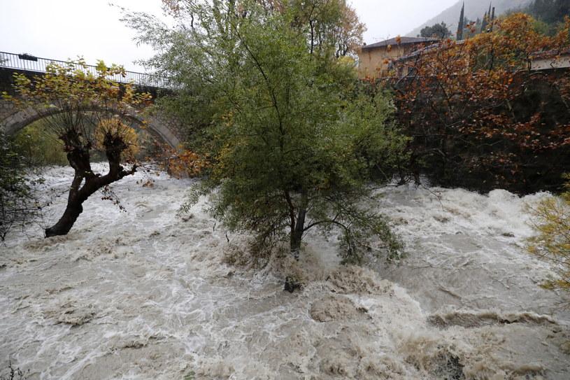 """Na południu Francji, w kilku regionach dotkniętych powodziami, ogłoszono """"czerwony alarm"""" /SEBASTIEN NOGIER  /PAP/EPA"""