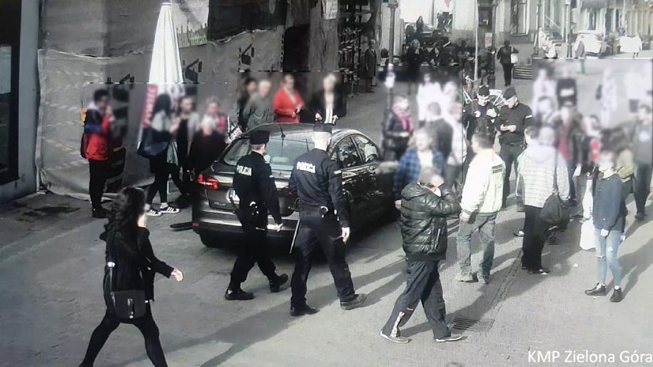 Na pomoc od razu ruszyli przechodnie /Policja /Policja