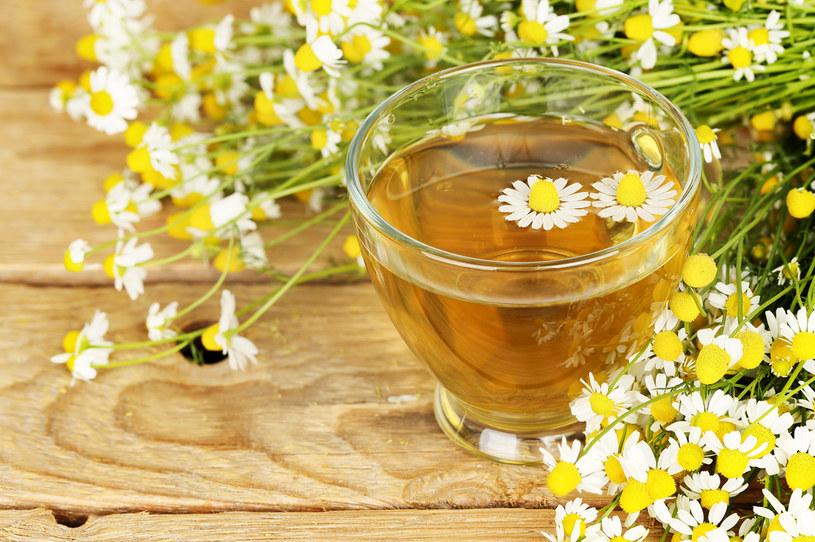 Na poprawę trawienia zaleca się herbatę z rumianku /123RF/PICSEL