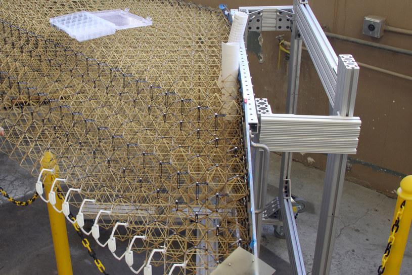 Na potrzeby eksperymentu, pierwsze skrzydło zostało złożone ręcznie - w przyszłości będą to robić roboty /NASA