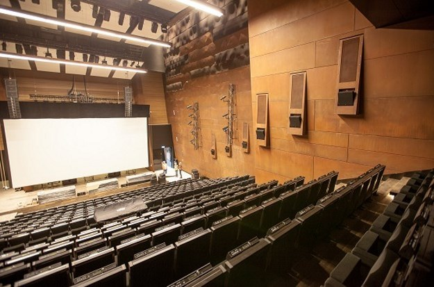 Na potrzeby koncertów i sztuk teatralnych zostało zainstalowanych 16 kolumn głośnikowych szerokopasmowych i 6 podwieszonych pod sufitem subwooferów /materiały prasowe